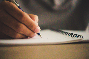 fingers-note-report-journalist-filling