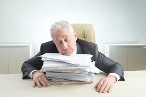 gerente-idoso-oprimido-pelo-trabalho