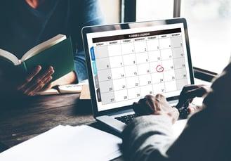 primer-plano-pantalla-computadora-portatil-que-muestra-fecha-mes